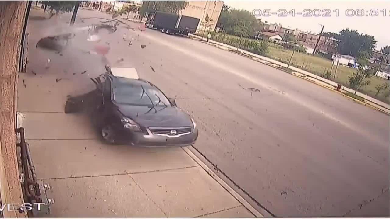 Ôtô xẻ đôi sau tai nạn, tài xế thản nhiên bỏ đi