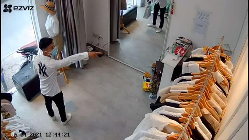 Gã trai uy hiếp nhân viên để cướp váy tặng bạn gái