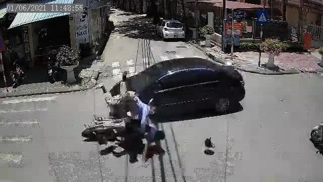 Ôtô đâm ngã hai người đi xe máy ở ngã tư - ai sai?