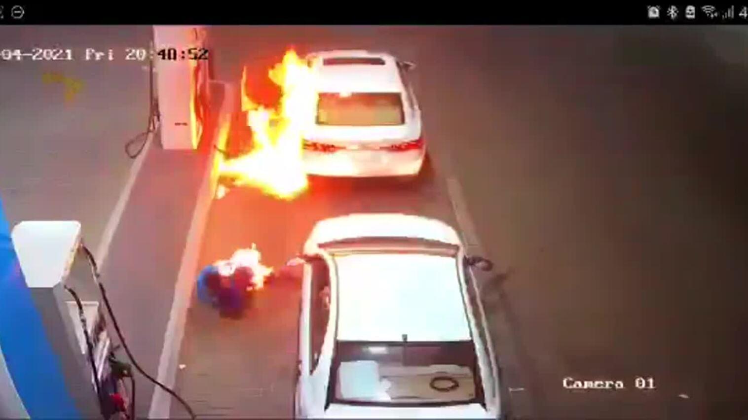 Lửa bùng lên khi tài xế đang trả tiền xăng