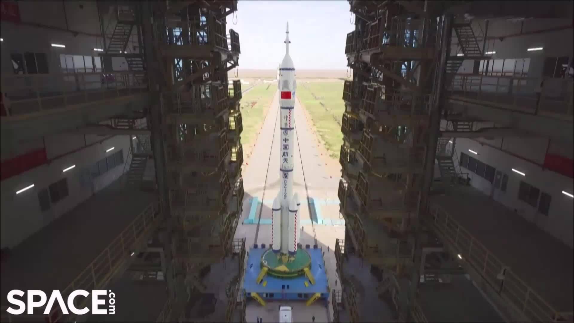 Tàu vũ trụ chở người của Trung Quốc vào bệ phóng