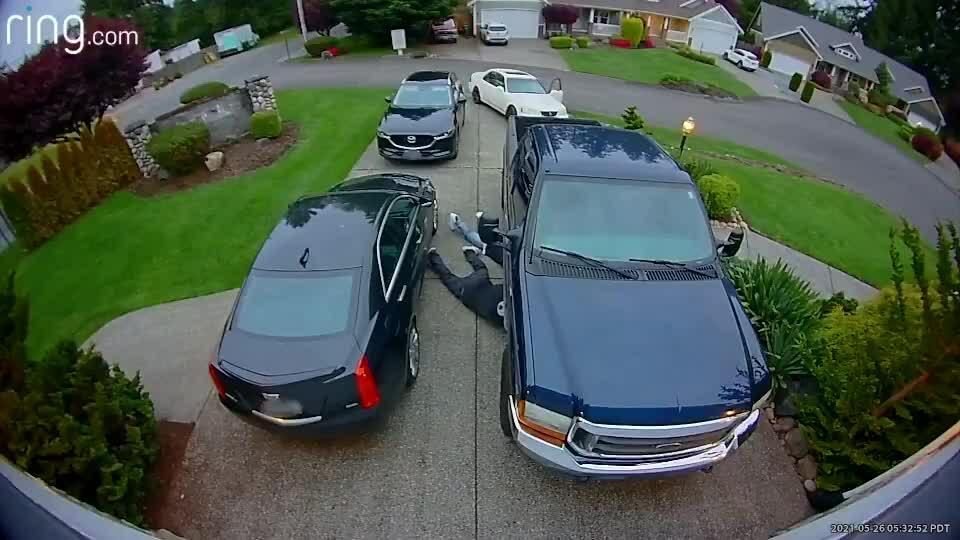 Lấy trộm bộ trung hòa khí thải ôtô trong 20 giây