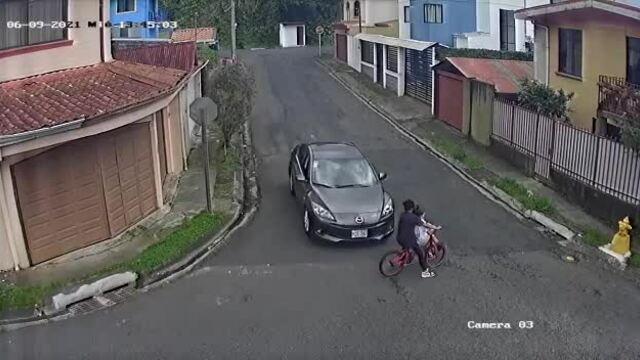 Tránh ôtô, thiếu niên đi xe đạp cắm đầu vào hàng rào