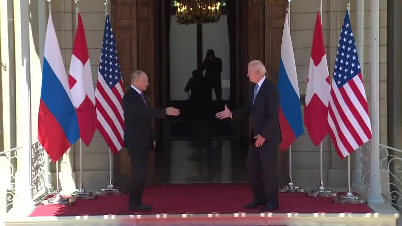 Phong thái khác biệt Putin - Biden tại hội nghị thượng đỉnh