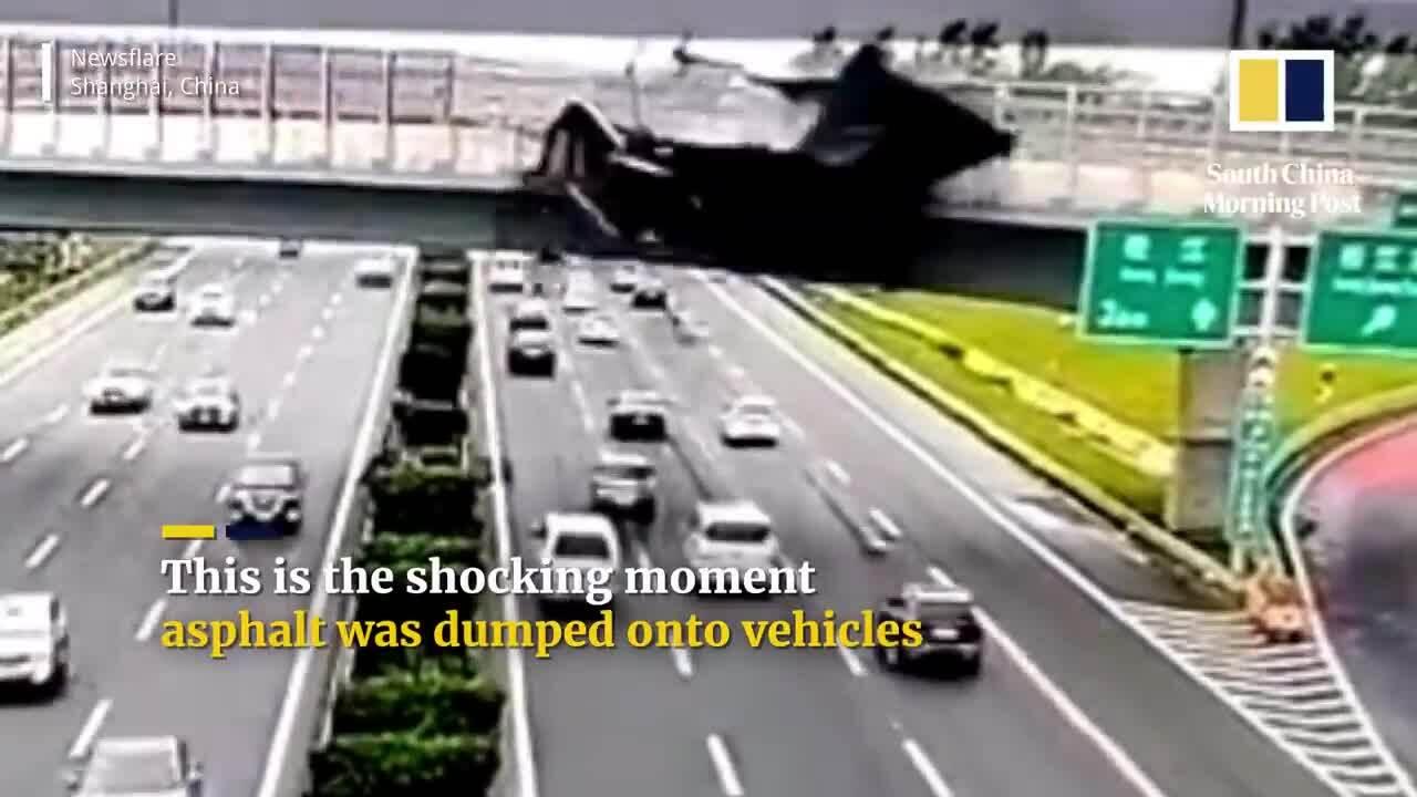 Xe ben tông vỡ thành cầu vượt, nhựa đường tràn như suối