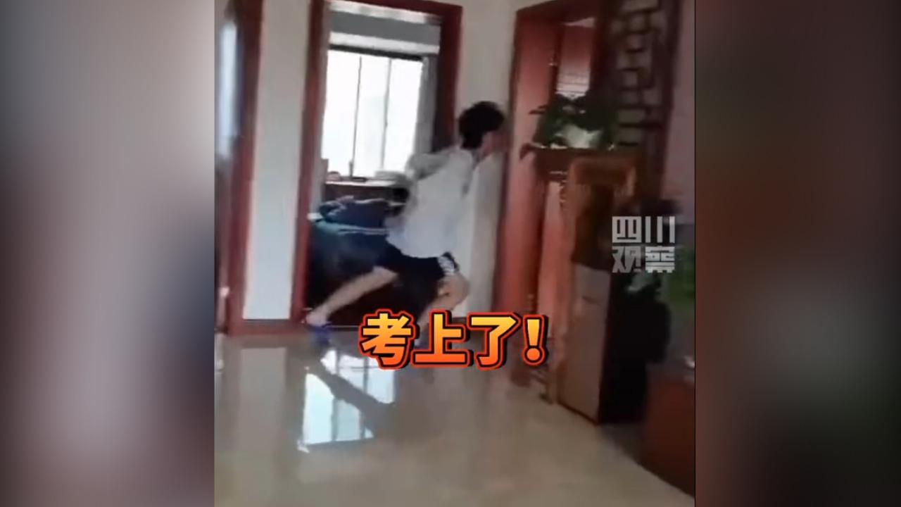 Nam sinh 'bay nhảy' khắp nhà vì đậu trường yêu thích