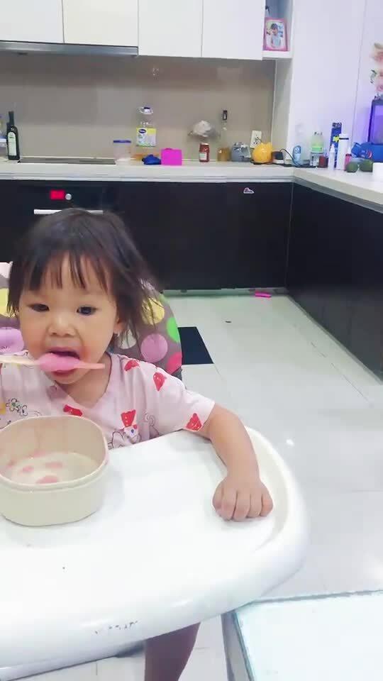 Anh chị bày trò 'cướp' kem của em gái