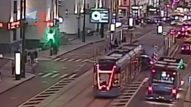Ái nữ của tài phiệt lái Bentley đâm vào tàu điện