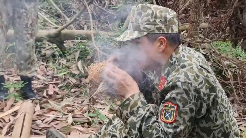 Lính mũ nồi xanh luyện kỹ năng sinh tồn (tạo lửa)