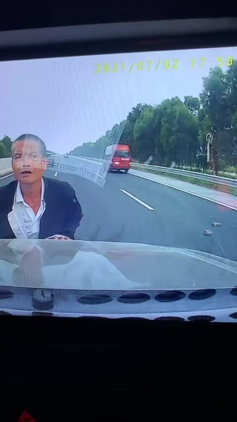 Người đàn ông nhảy ra trước đầu ô tô trên cao tốc