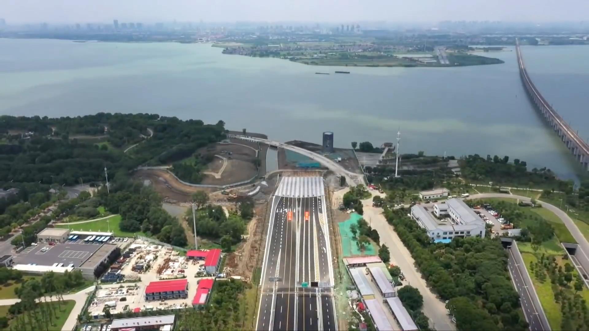 Trung Quốc thông xe đường hầm hai tầng xuyên hồ đầu tiên
