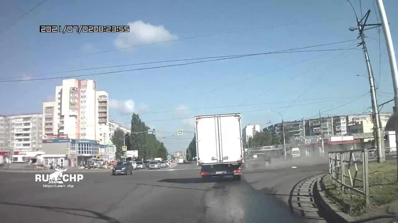 Vượt đèn đỏ - xe con húc văng ôtô