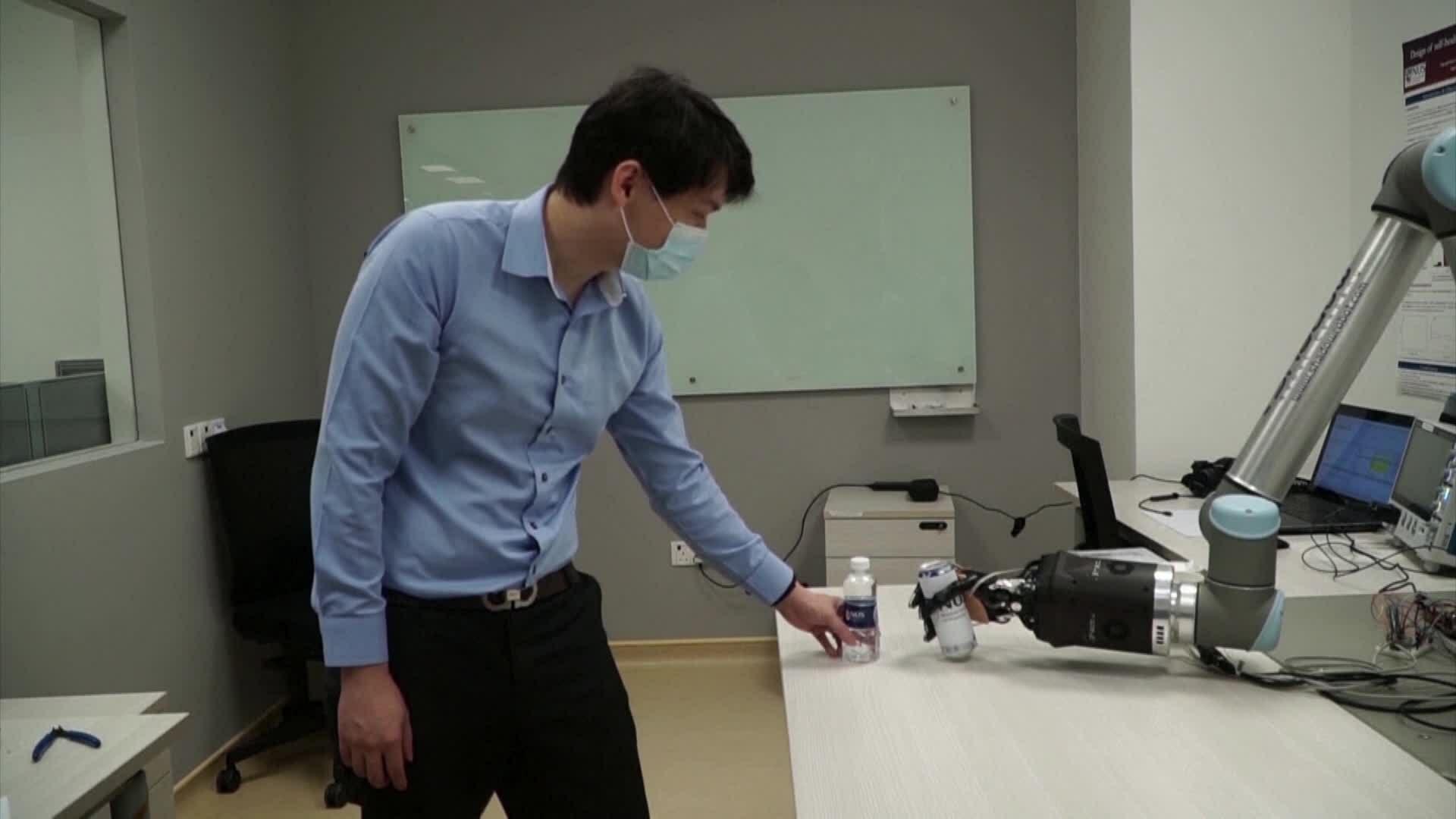 Vật liệu 'tự liền' giúp tay giả cảm nhận vật thể