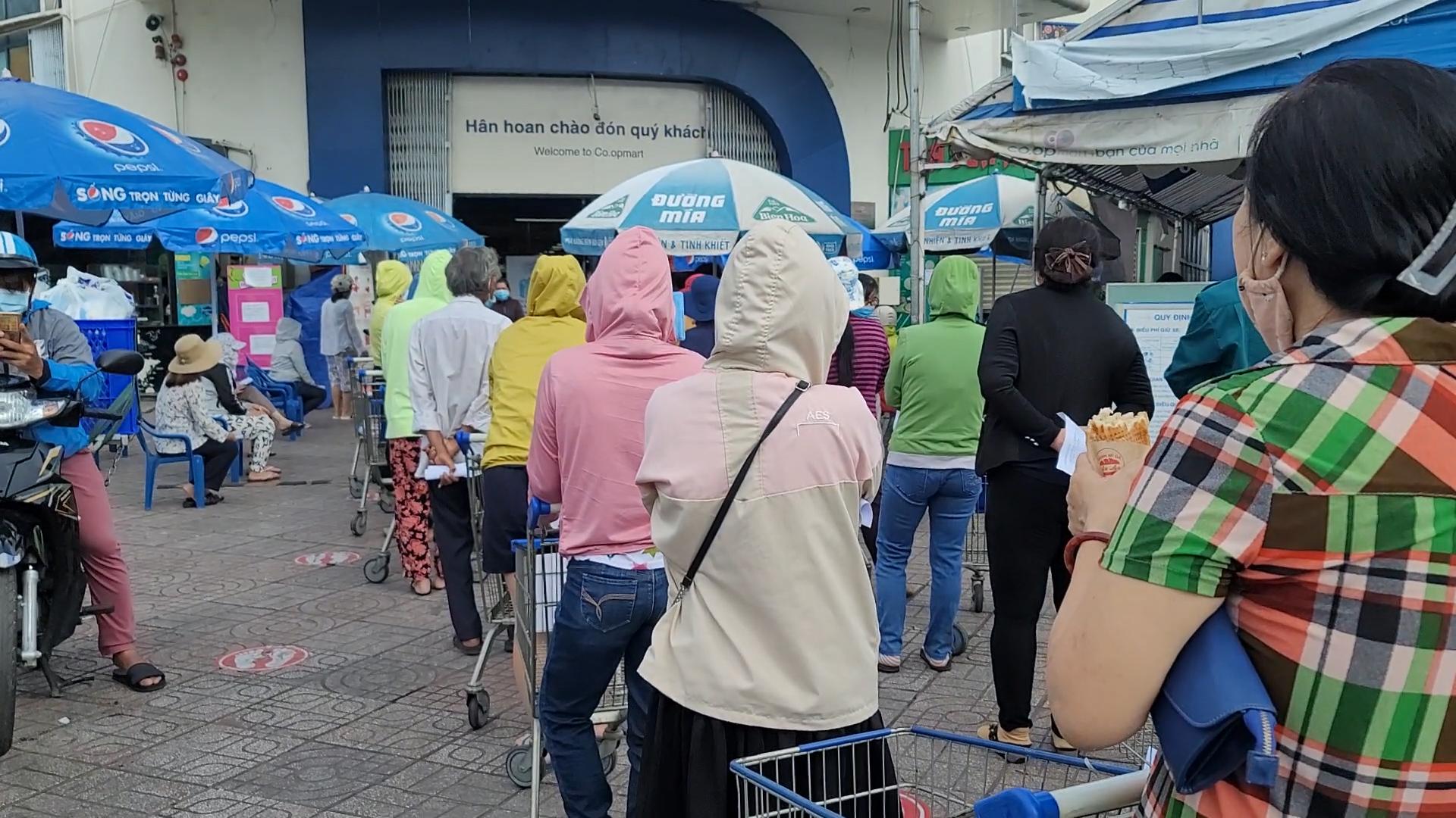 Người dân sếp hàng vào siêu thị mua thực phẩm