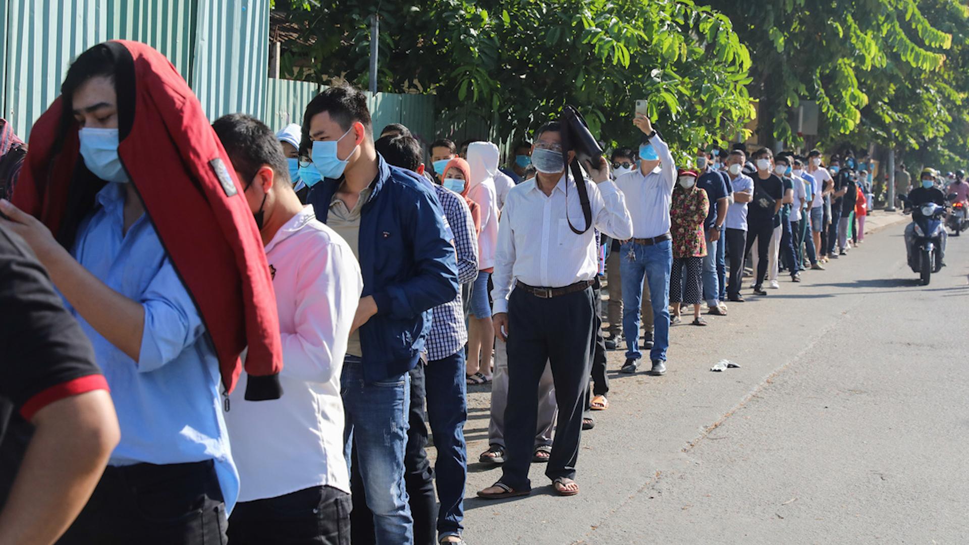 Người dân TP HCM, Đồng Nai đổ xô đi xét nghiệm nCoV