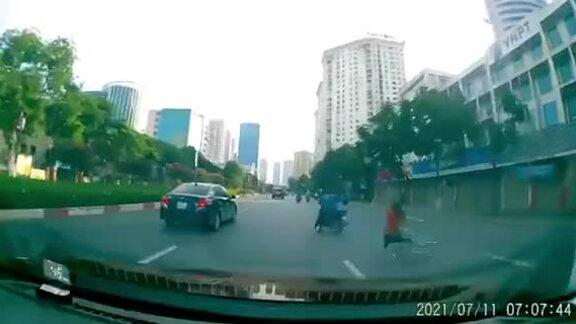 Va chạm với xe đạp, người đi xe máy ngã đập đầu xuống đường