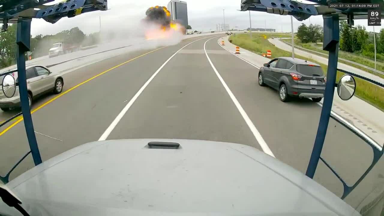 Xe bồn chở xăng nổ tung khi đâm dải phân cách