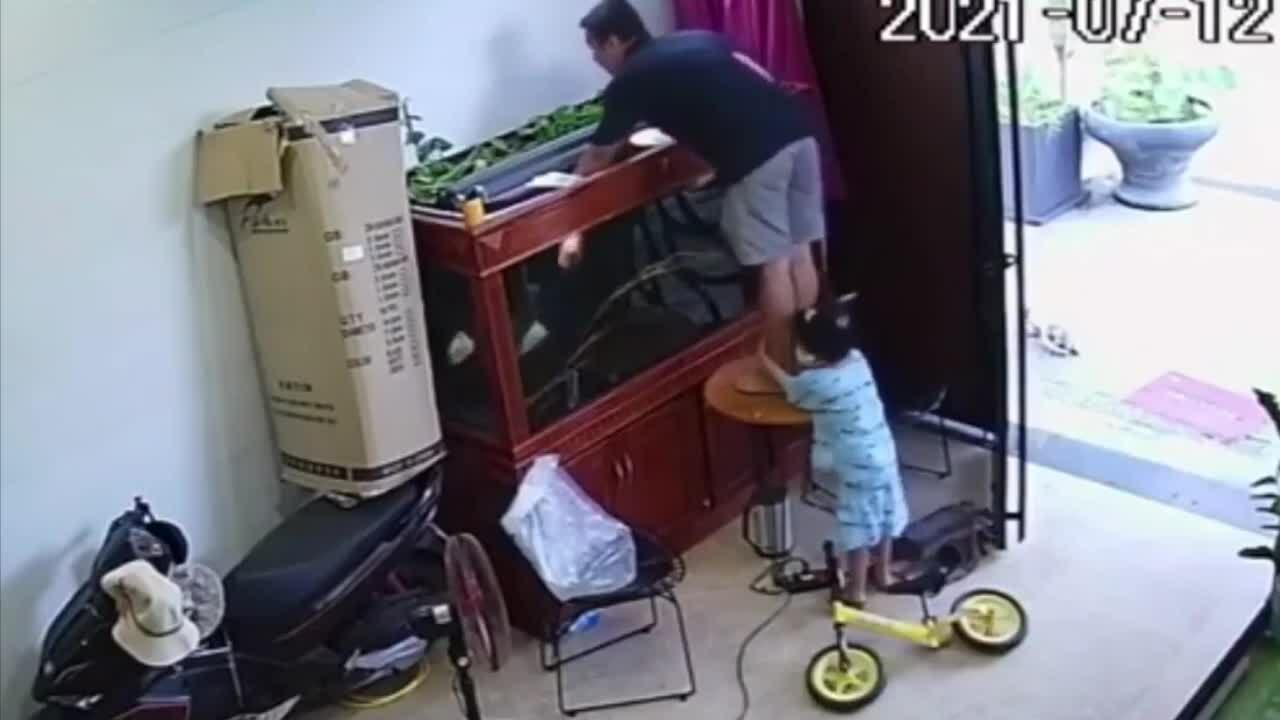 Bé gái cầm chân vì sợ bố ngã