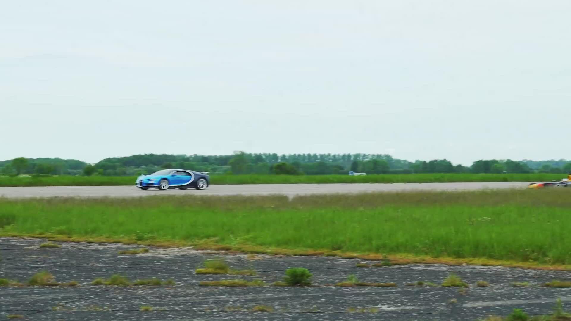 Thử thách tốc độ giữa Bugatti Chiron và F1 RB7