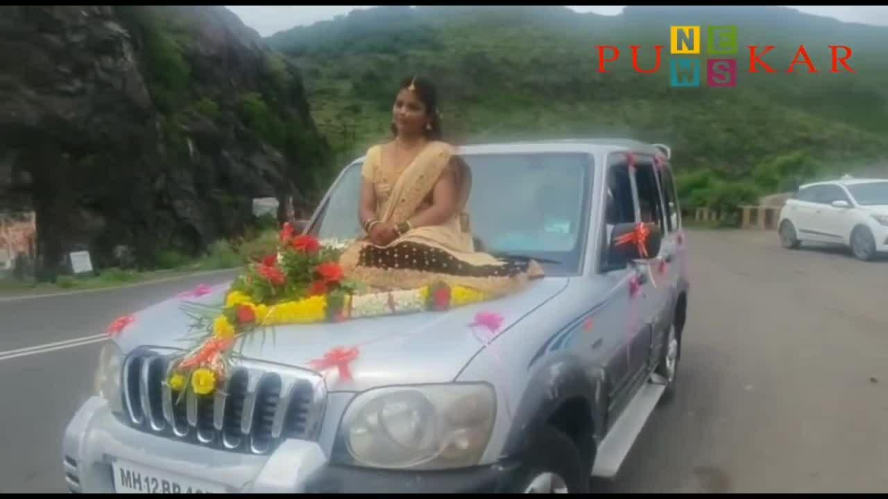 Cô dâu ngồi trên nắp ca-pô đến đám cưới