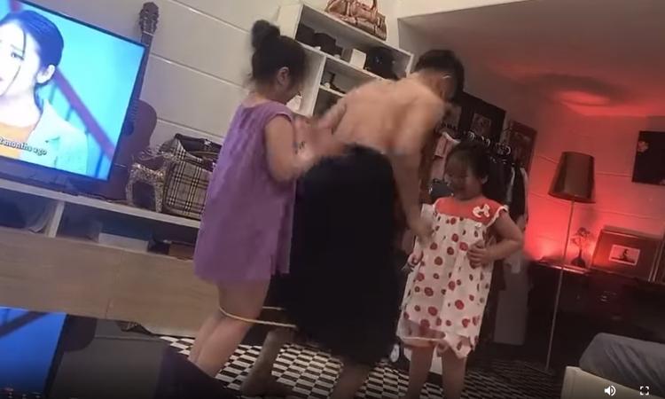 Ông bố mặc váy nhảy dây cùng con gái