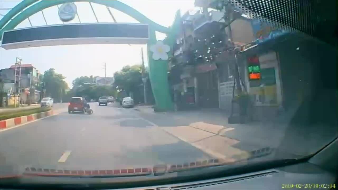 Ôtô vượt ẩu hất văng xe máy