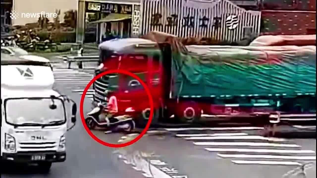 Cảnh sát chặn xuất hiện đúng lúc cứu người đi xe máy