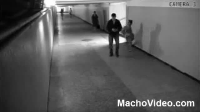 Cô gái tung cước vào hạ bộ khiến tên cướp khóc thét