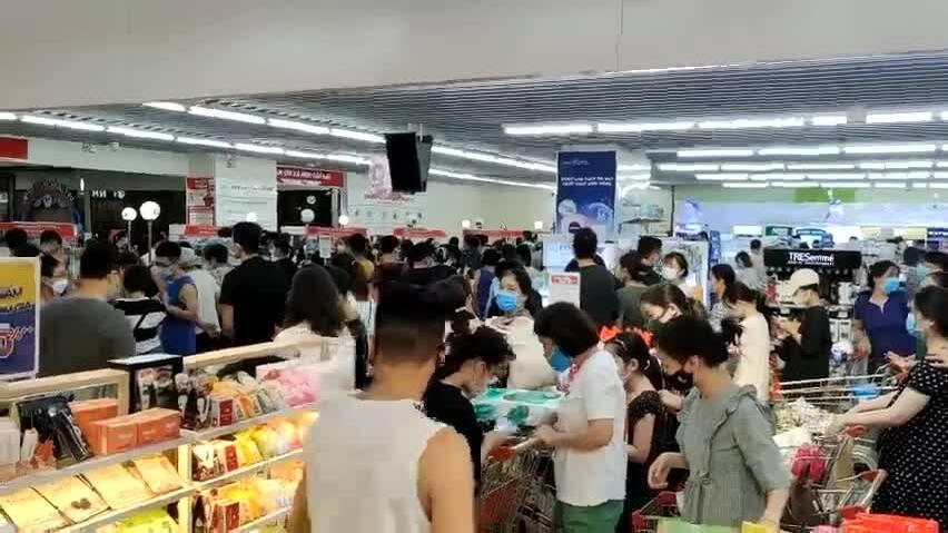 Người dân Hà Nội mua đồ ăn tích trữ