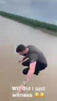 Nhảy xuống sông tránh tắc đường