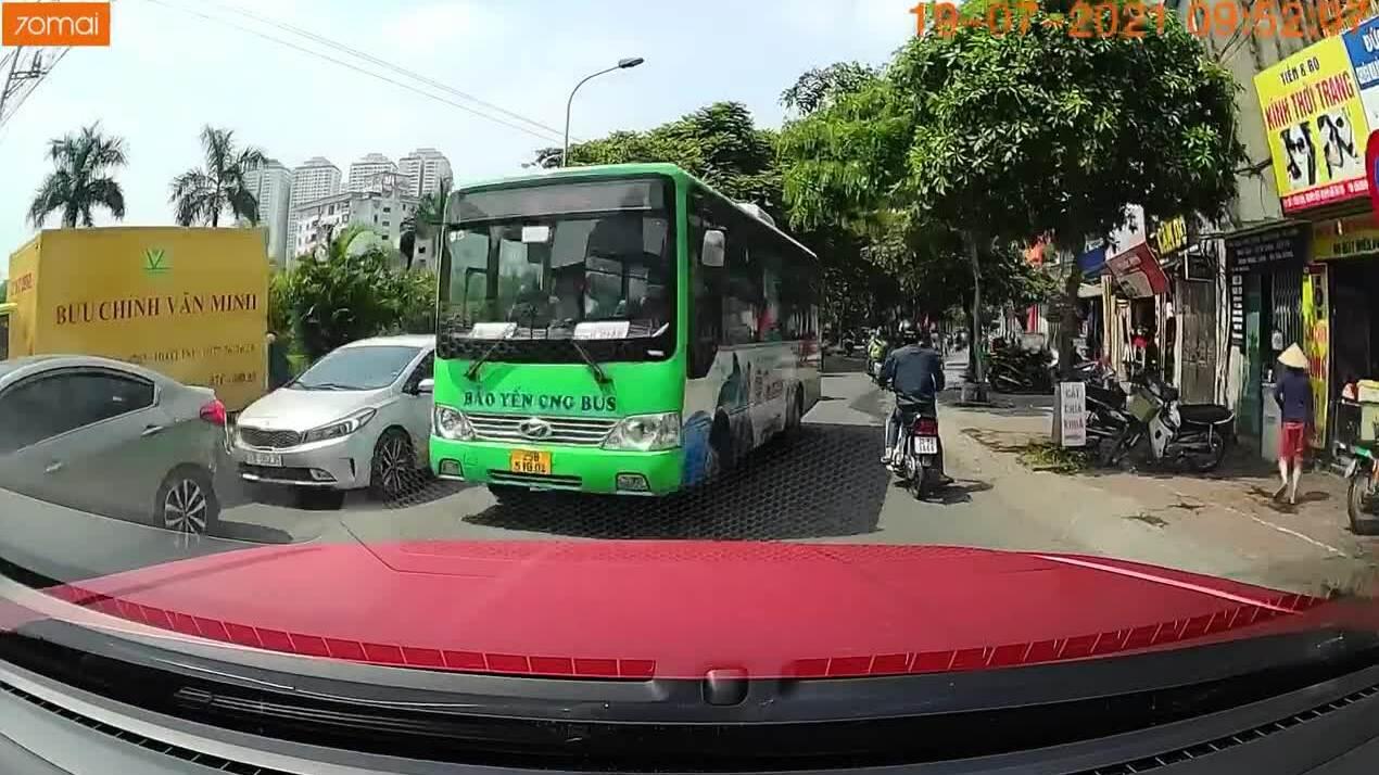 Xe buýt lấn làn vượt ẩu?