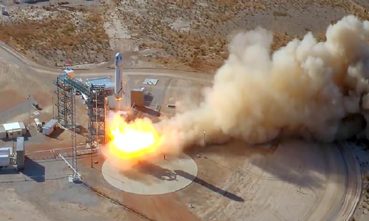 Tỷ phú Jeff Bezos hạ cánh an toàn sau chuyến bay lên rìa vũ trụ
