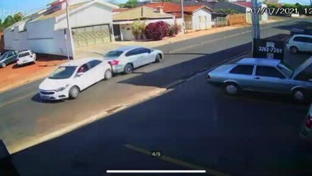 Hai ôtô đâm nhau khi cùng lùi ra khỏi nhà