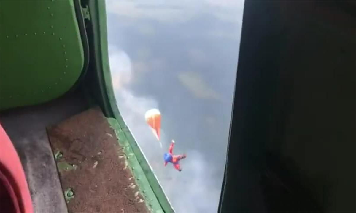Lính cứu hỏa Nga đổ bộ đường không để dập cháy rừng