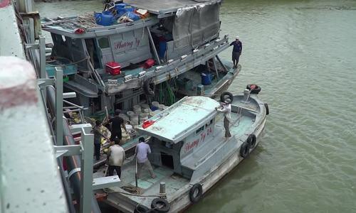 Tàu cá mắc kẹt dưới gầm cầu Cỏ May