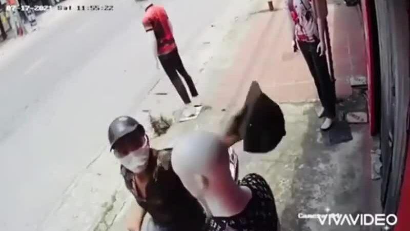 Thanh niên trộm đồ ma-nơ-canh...