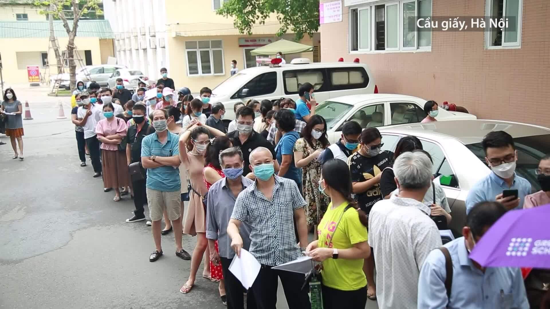 Người dân chen chân đến tiêm vaccine tại Bệnh viện E