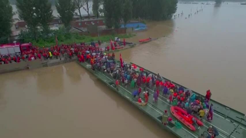 Dân Trung Quốc chạy lũ trước bão