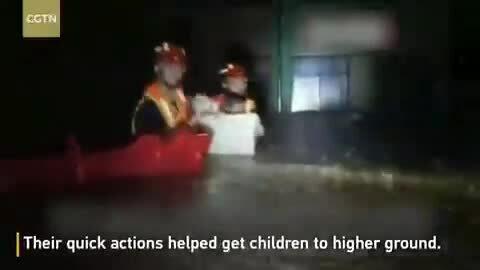 Dùng thùng nhựa sơ tán trẻ em khỏi trường ngập lũ