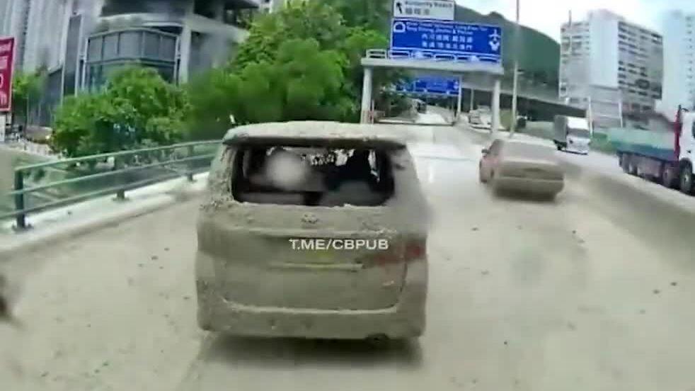 Hai ôtô bị tưới bùn vì chắn đường xe tải
