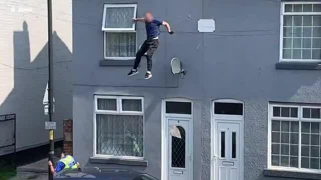 Nghi phạm trồng cần sa nhảy từ nóc nhà trốn cảnh sát