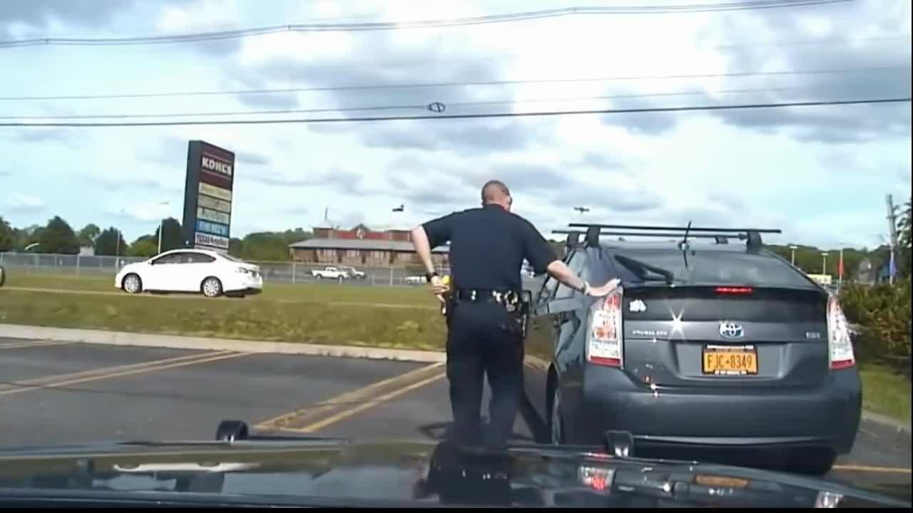 Tại sao cảnh sát chạm tay vào đuôi ôtô khi dừng xe vi phạm