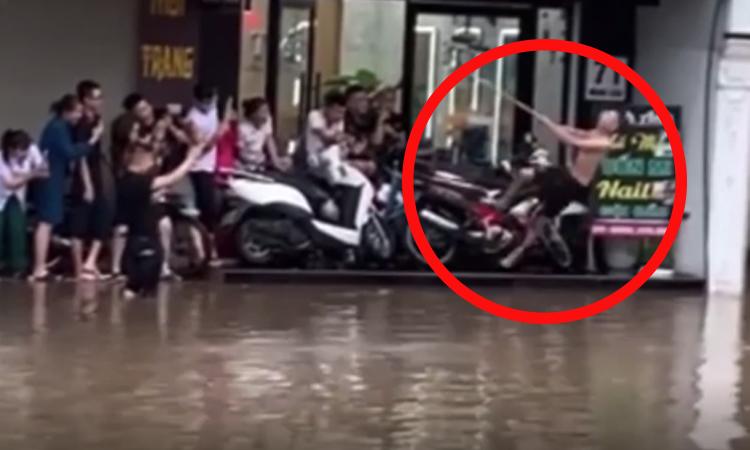 Anh chàng diễn kịch khi đường ngập nước