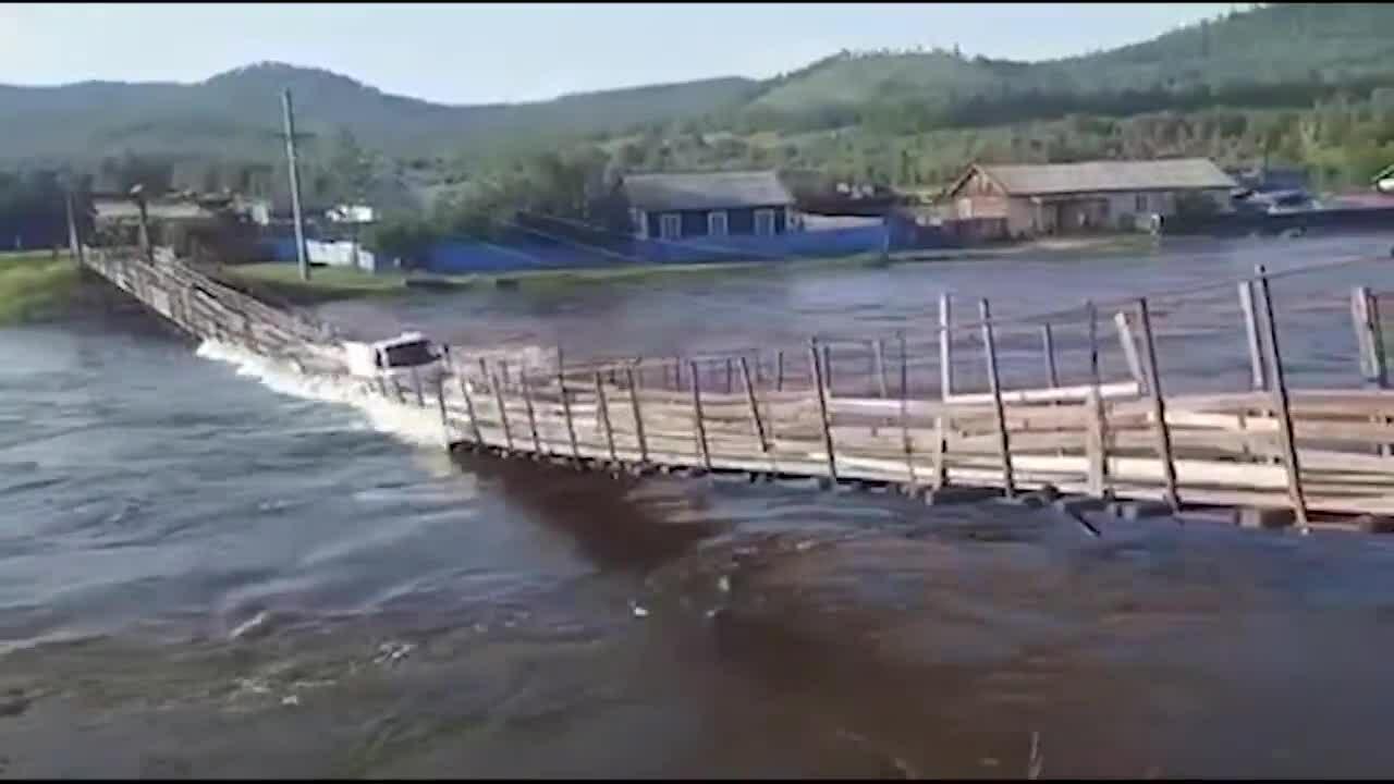 Cố vượt sông bằng cầu treo gỗ, xe tải bị lũ cuốn