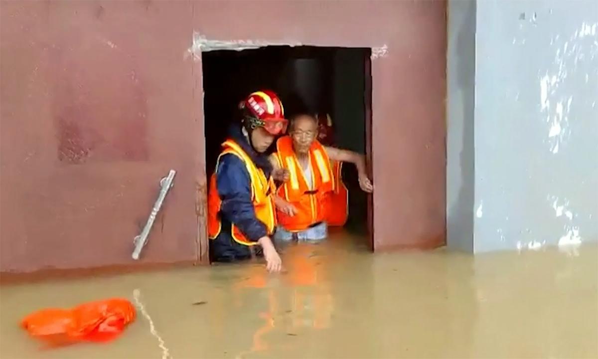 Dân Trung Quốc chật vật trong trận mưa lớn nhất 60 năm qua