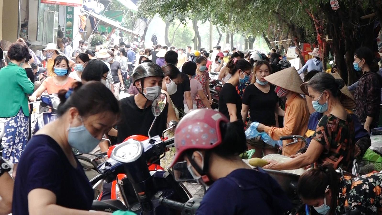 Người dân đổ về các khu chợ trong ngày đầu giãn cách