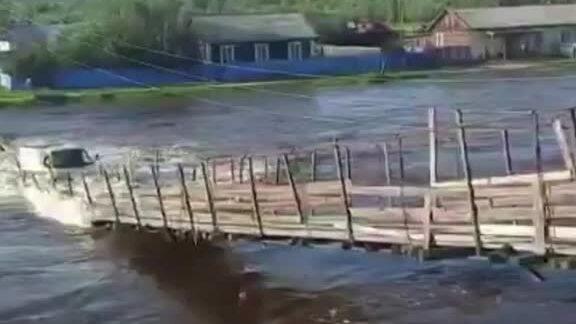 Ôtô bị sông nuốt chửng