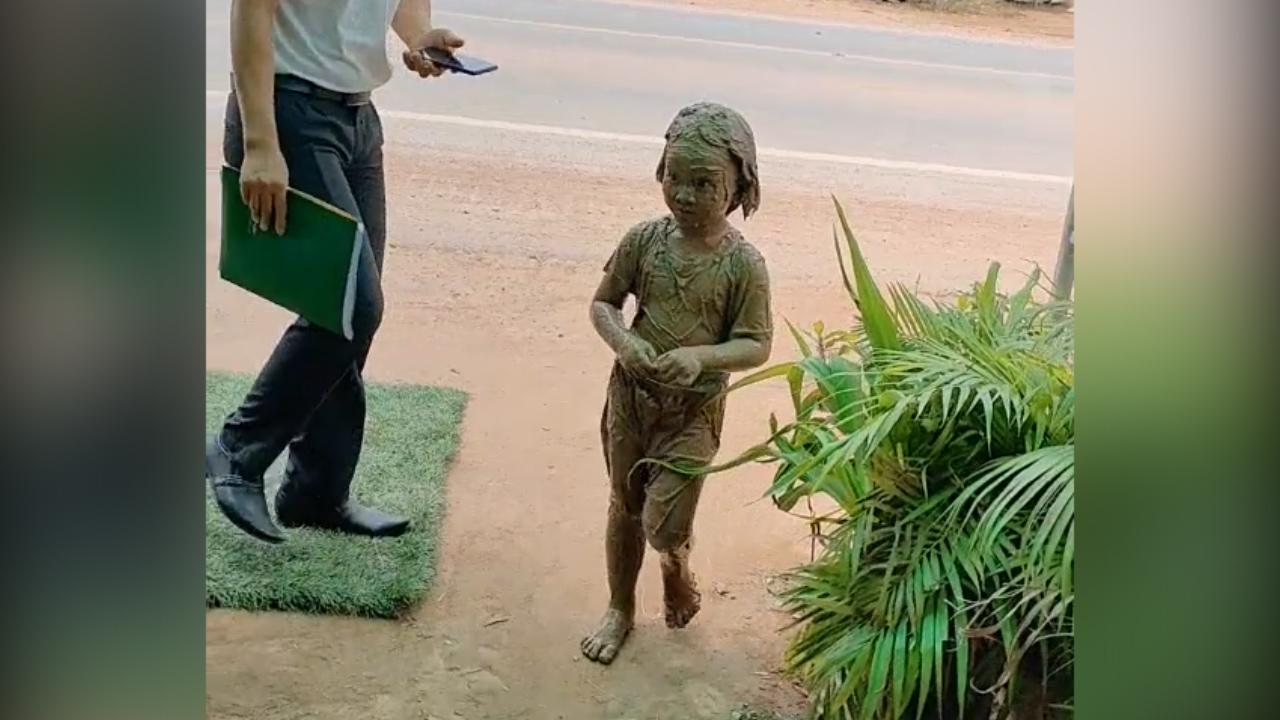 Bé gái đầy bùn đất vì nghịch