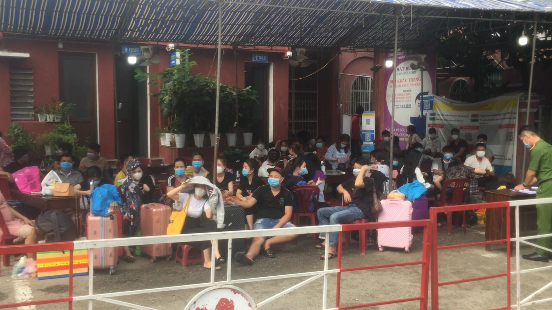 Người dân từ TP HCM về vạ vật ở ga Huế