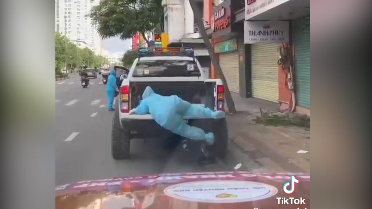 Cô gái 'vất vả' leo lên xe phun khử khuẩn